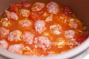 Добавление тефтелей в соус
