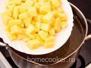 Dobavlyaem kartofel 3 300x225 Щи из квашеной капусты