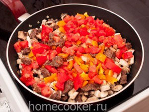 Dobavlyaem pomidory 3 300x225 Мясо в горшочках