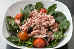 Dobavlyaem rybu v salat 300x200 Салат с тунцом