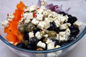 Dobavlyaem syr i masliny 300x200 Греческий салат