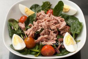 Dobavlyaem yajtsa v salat s tuntsom 300x200 Салат с тунцом