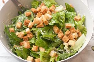 Готовый салат цезарь