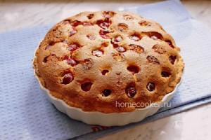 Готовый творожный пирог с вишней
