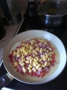 Ингредиенты омлета на сковороде