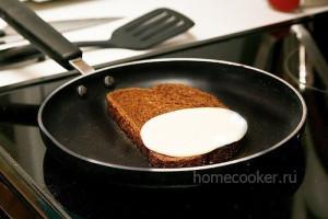 Кладем сыр на хлеб