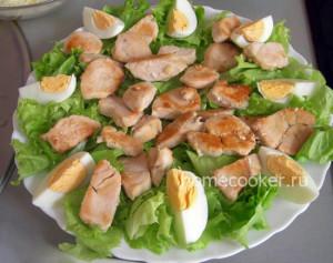 Курица, яйца на листьях салата