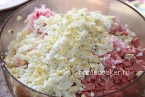 Нарезаем колбасу и яйца