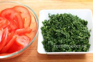 Нарезанные помидоры и укроп