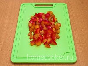 Narezannye slivy 300x225 Фруктовый салат