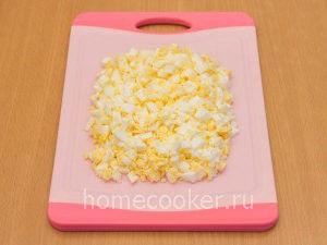 Narezannye yajtsa 1 300x225 Пирожки с луком и яйцом