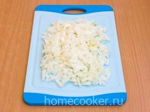 Narezannyj luk 11 300x225 Мясо в горшочках с картошкой