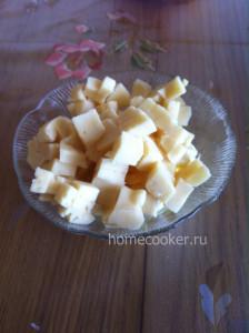 Нарезанный сыр кубиками