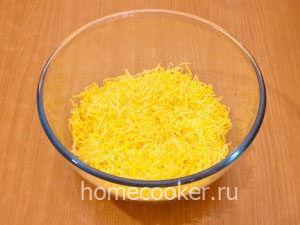 Natertyj syr 7 300x225 Салат с ананасом и сыром