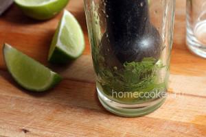 Разминаем ингредиенты для мохито