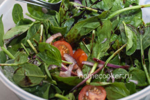Salat i pomidory 300x200 Салат с тунцом