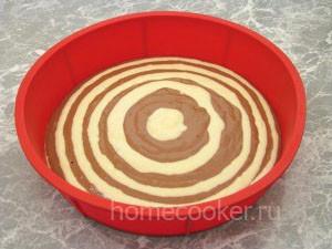 Выливаем тесто для коржа